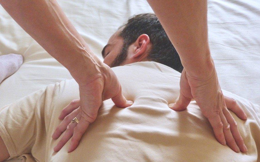 Massage shiatsu allongé traditionnel sur futon par Laurence Guettier praticienne